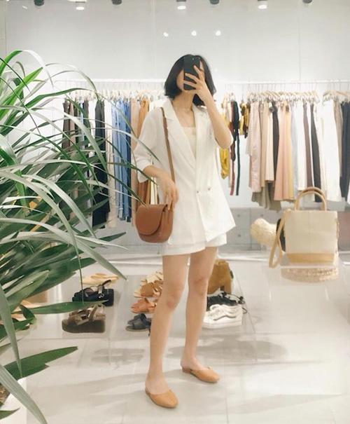 Cách diện blazer tay ngắn theo cả set gồm áo và quần shorts hoặc váy cũng được các cô nàng yêu thích vì trông vừa thanh lịch, vừa trẻ trung.