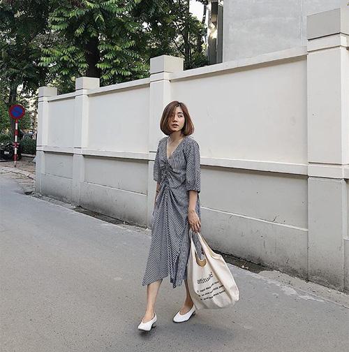 Để giúp thân hình cao ráo hơn, bạn nên chọn những chiếc váy có điểm nhấn ở eo, chiều dài không quá bắp chân.