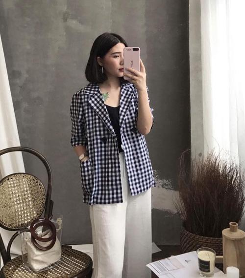 Xu hướng blazer năm nay thường có dáng suông rộng, thích hợp với những nàng theo phong cách cổ điển nhưng vẫn có chút cá tính kiểu Hàn Quốc. Các sắc màu trung tính như trắng, be hoặc họa tiết caro, gingham được ưa chuộng hơn cả.