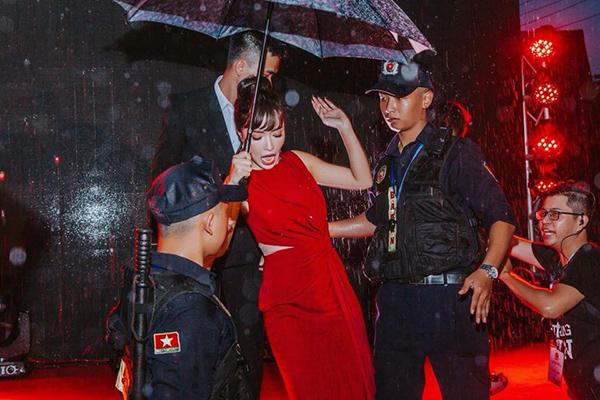Bích Phương chẳng ngại tự dìm hàng bằng bức ảnh ghi lại khoảnh khắc hài hước của cô nàng khi suýt trượt chân vì trời mưa.
