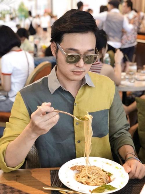 Quang Vinh đã có những phút thư giãn tại khu ăn uống của tòa nhà.