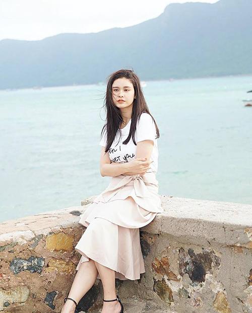 Trương Quỳnh Anh đi biển vẫn diện đồ điệu đà chẳng khác gì dạo phố.