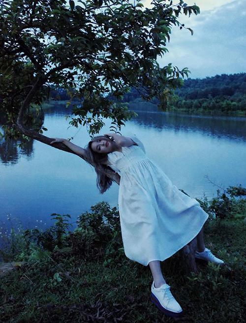 Bộ váy trắng toát, dáng nằm trên cây cùng khung cảnh ma mị khiến Châu Bùi trông chẳng khác gì đang dọa ma.