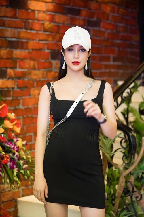 Ngày 29/7, Diệp Lâm Anh có mặt tại Hà Nội để khai trương cửa hàng mới do mình làm chủ. Trong bộ cánh ôm sát, mỹ nhân sinh năm 1989 tự tin khoe bụng bầu. Nữ diễn viên đang ở thai kỳ của tháng thứ 6.