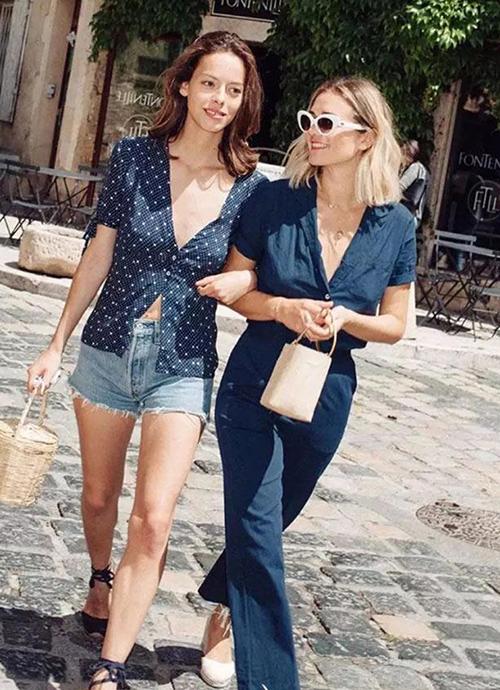 Để ăn mặc như một quý cô cổ điển người Paris, bạn hãy ưu tiên những món đồ mang hơi hướng cổ điển như váy quấn, áo cổ tim, quần ống loe, váy liền dài quá gối...