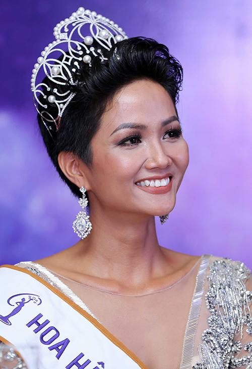 Từ khi đăng quang đến nay, hình ảnh của HHen Niê luôn gắn liền với vẻ đẹp Tây hiện đại, khỏe khoắn. Không chỉ có mái tóc ngắn khác biệt, người đẹp còn đặc biệt ưa chuộng lối trang điểm tông nude vốn khá khó chiều và không được lòng nhiều cô gái Việt.