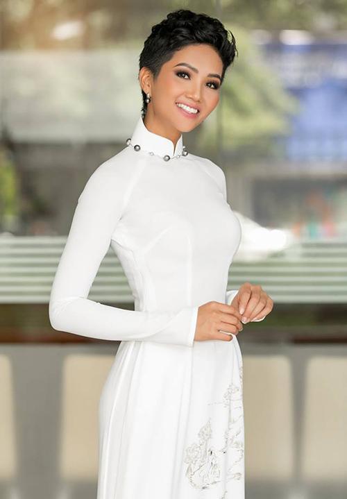 Ngay cả khi khoác lên mình những trang phục đậm chất truyền thống, Hoa hậu Hoàn vũ Việt Nam 2017 vẫn trung thành với lối trang điểm kiểu Tây. Đây là một điểm giúp cô tạo sự khác biệt so với nhiều người đẹp khác.
