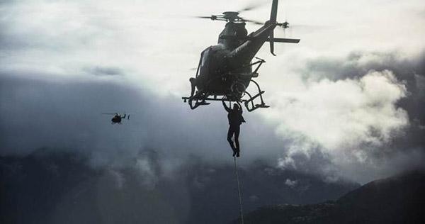 Cảnh đu mình trên trực thăng là một cảnh quan trọng trong phim.