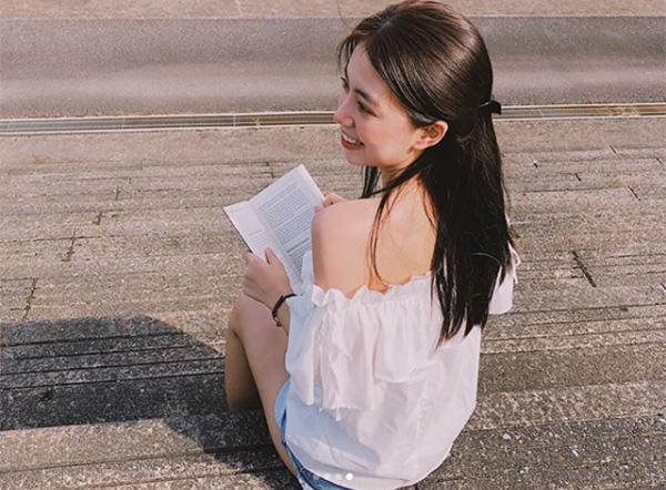 Các kiểu trang phục khoe vai cũng được hot girl diện nhiệt tình để tôn lên vẻ mong manh đúng chuẩn con gái châu Á.