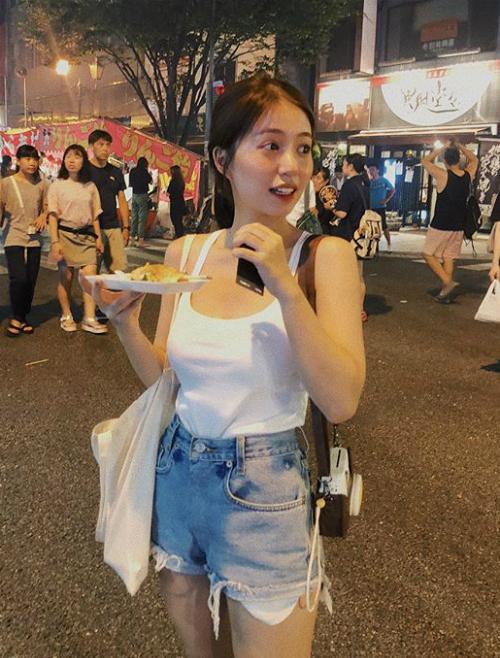 Không có vóc dáng quá chuẩn mực nhưng Mẫn Tiên trông lại đầy sức sống, vì thế khi diện các kiểu đồ hơi sexy, cô nàng toát lên nét khỏe khoắn rất riêng.