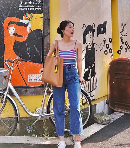 Bí quyết của Mẫn Tiên để diện những kiểu đồ ôm sát khoe vai, khoe vòng một mà trông vẫn trẻ trung, không phản cảm đó là lựa chọn những thiết kế ngập tràn màu sắc, phối đơn giản.