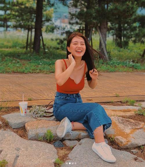 Cô nàng chuộng áo thun ôm mix jeans cạp cao và sneakers, đây là cách ăn gian chiều cao rất chuẩn, gợi nhớ lối ăn mặc của những năm đầu 2000.