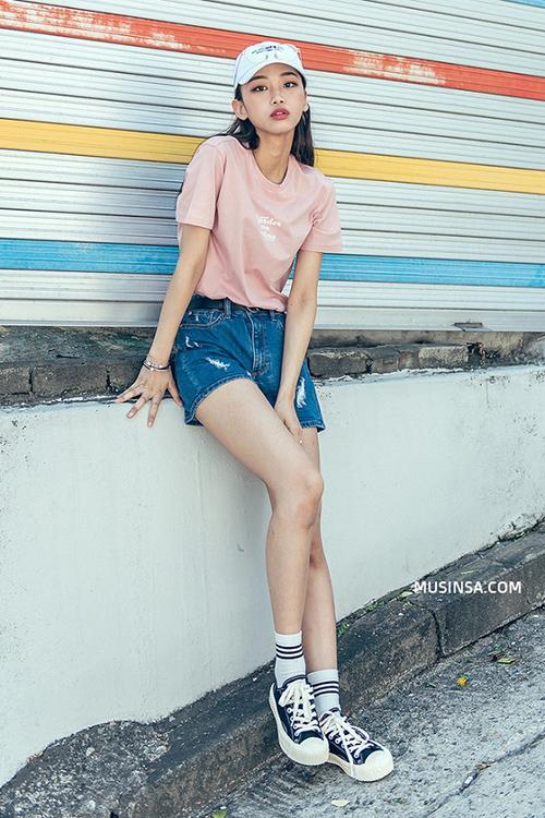 Cách ăn mặc đậm chất xì po của con gái Hàn thường được thể hiện bằng những trang phục như áo phông, quần shorts, croptop... Trong mùa hè, sneakers luôn là món phụ kiện không thể thiếu.