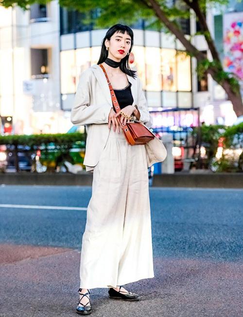 Những kiểu đồ mang đậm phong cách vintage rất được lòng con gái Nhật. Style này thể hiện qua những kiểu dáng như váy liền dài, quần suông, blazer, các kiểu túi tông nâu cổ điển...