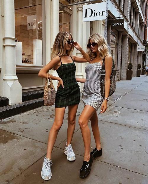Những kiểu đồ được con gái Mỹ chuộng nhất trong mùa nóng là váy hai dây ngắn ôm sát, croptop, quần shorts 5 cm, tank top... vừa tôn lên hình thể lại vừa mát mẻ.
