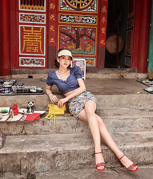 Diện croptop và váy ngắn cùng cách tạo dáng ảo diệu, Chi Pu chỉ cao 1,6 m mà trông chẳng khác gì người mẫu. Cách phối đầy màu sắc của cô nàng cũng là chiêu đáng học hỏi ngày hè.