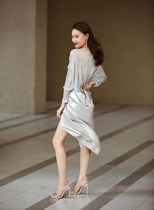 Cây trang phục mang tông xám bạc mang đến vẻ đẳng cấp cho Lan Ngọc, giúp cô nàng tôn lên làn da trắng.