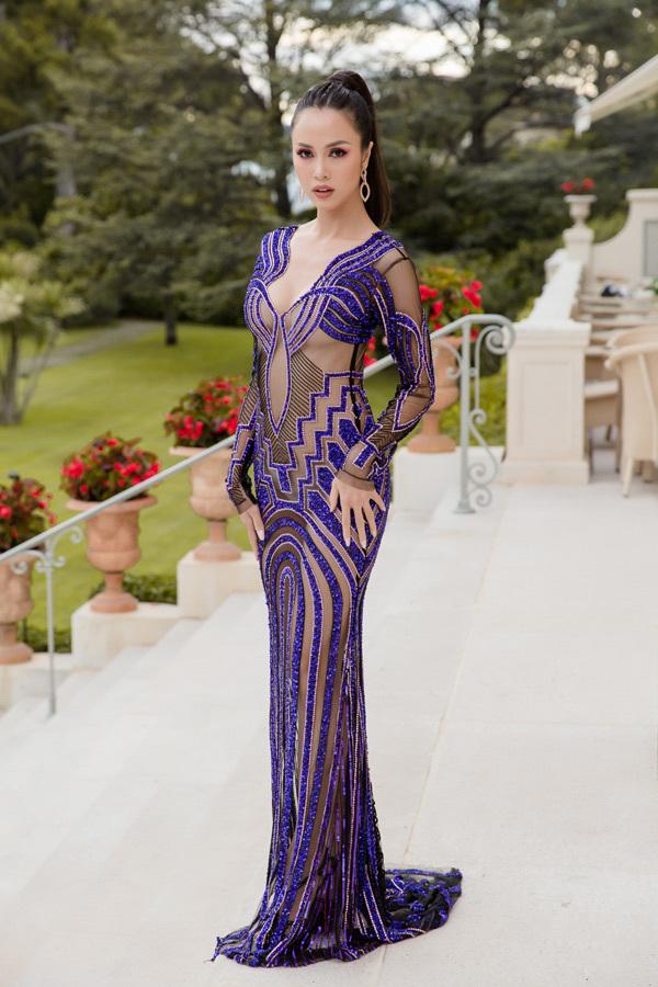 <p> Trên thảm đỏ Cannes 2018, Vũ Ngọc Anh diện đầm xuyên thấu gam màu tím chủ đạo khoe số đo 3 vòng cực phẩm. Kể từ khi công khai sửa ngực, người đẹp sinh năm 1990 thường xuyên chuộng mốt trang phục khoe da thịt táo bạo. Cô từng chia sẻ, dù lường trước được những ý kiến trái chiều nhưng cô vẫn quyết tâm mặc hở vì sexy chính là phong cách của cô.</p>