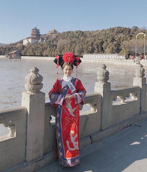 Yến Chibi xinh chẳng kém các Cách Cách ngày xưa trong bộ đồ truyền thống Trung Quốc.