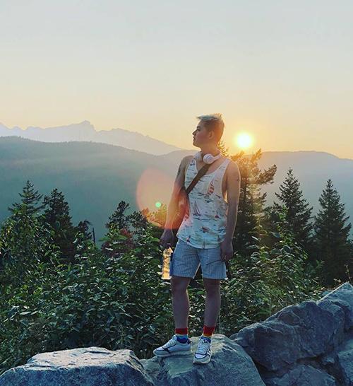 Thanh Duy diện cây đồ chất lừ đi leo núi, ngắm hoàng hôn ở Canada.