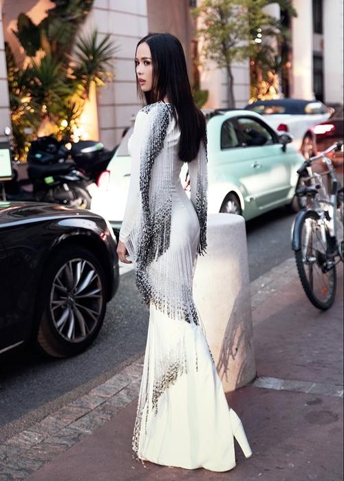 <p> Ngọc Anh với mẫu đầm quyến rũ của NTK Lê Thanh Hòa.</p>