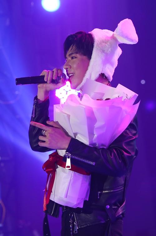 Anh chàng còn bị fan vây quanh tặng quà đặc biệt là một chú thú bông đội đầu dễ thương.
