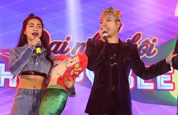 Hòa Minzy phấn khích vì được tặng nguyên một nàng tiên cá đồ chơi đúng với bài hát vừa ra mắt. Đức Phúc được đội vương miện xinh yêu.
