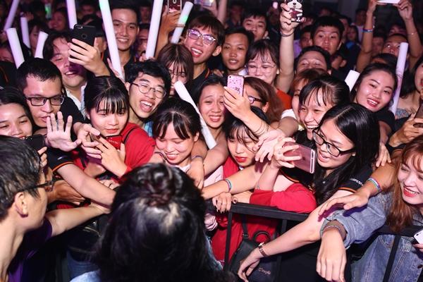Nữ ca sĩ khiến fan bấn loạn khi tiếp xúc ở cự ly siêu gần.
