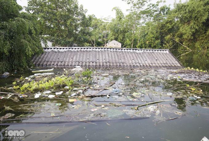 <p> Thôn Nhân Lý (xã Nam Phương Tiến) nằm ngoài đê sông Bùi là một trong những nơi ngập nặng nhất. Nước dâng lên đến mái nhà.</p>