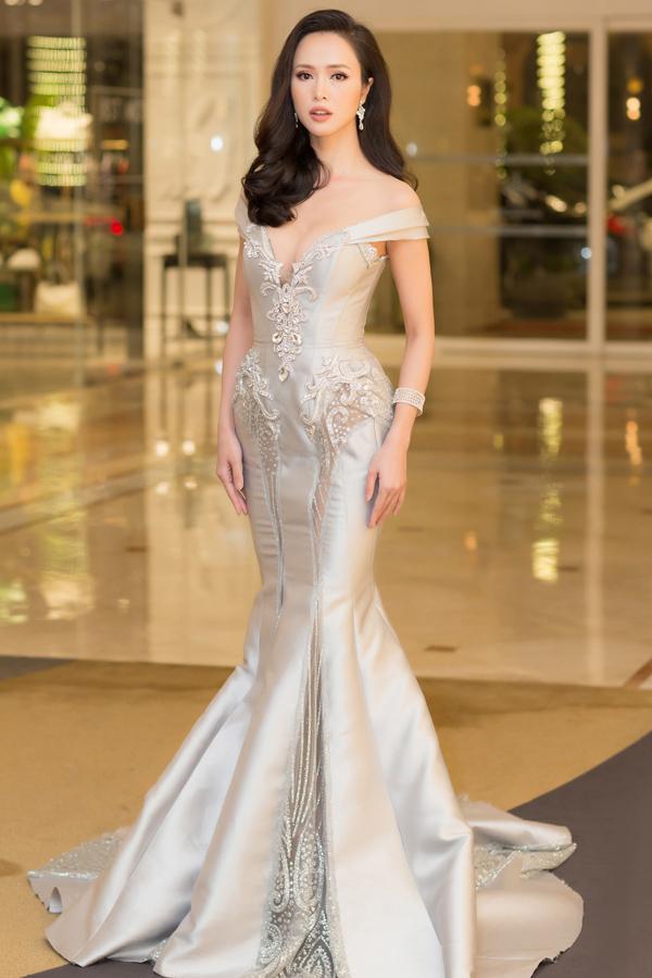 <p> Bộ váy đuôi cá kiểu dáng trễ vai của NTK Phạm Đăng Anh Thư là một trong số ít trang phục gợi cảm nhưng không quá hở bạo của mỹ nhân 9X.</p>