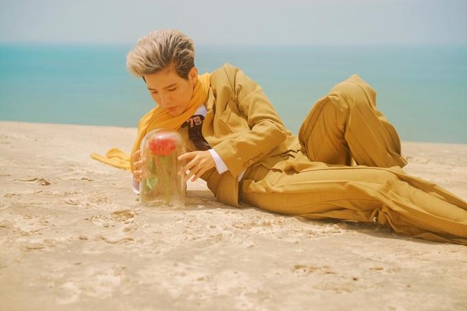 <p> Vũ Cát Tường thể hiện sự cô đơn giữa những đồi cát đầy nắng gió của Bình Thuận hay thả hồn bên một đóa hoa hồng đỏ được trồng trên cát.</p>