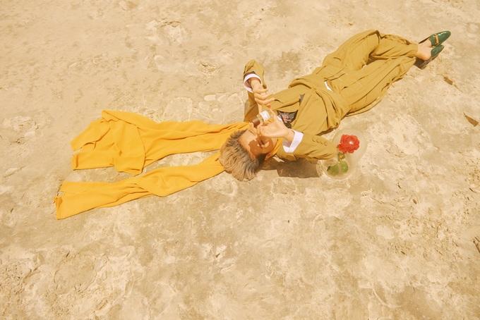 """<p> Giọng ca """"Đông"""" cho biết, từ những ngày đầu mới bước chân vào showbiz đã tự thấy mình cô độc trong thế giới riêng. Nữ ca sĩ không gặp khó khăn để có thể hóa thân thành hình tượng hoàng tử bé cô đơn trong shoot hình này.</p>"""