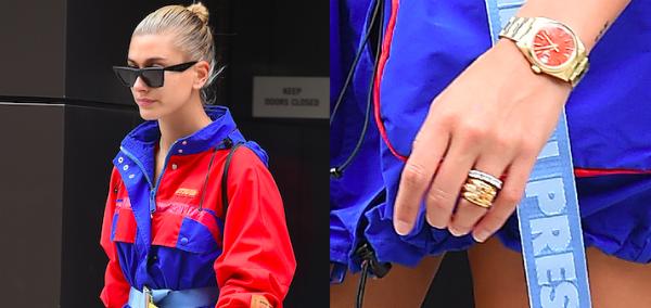 Trên tay Hailey, chiếc nhẫn đính hôn biến mất, thay vào đó là một chiếc nhẫn trắng và nhẫn vàng với kích thước khá lớn.