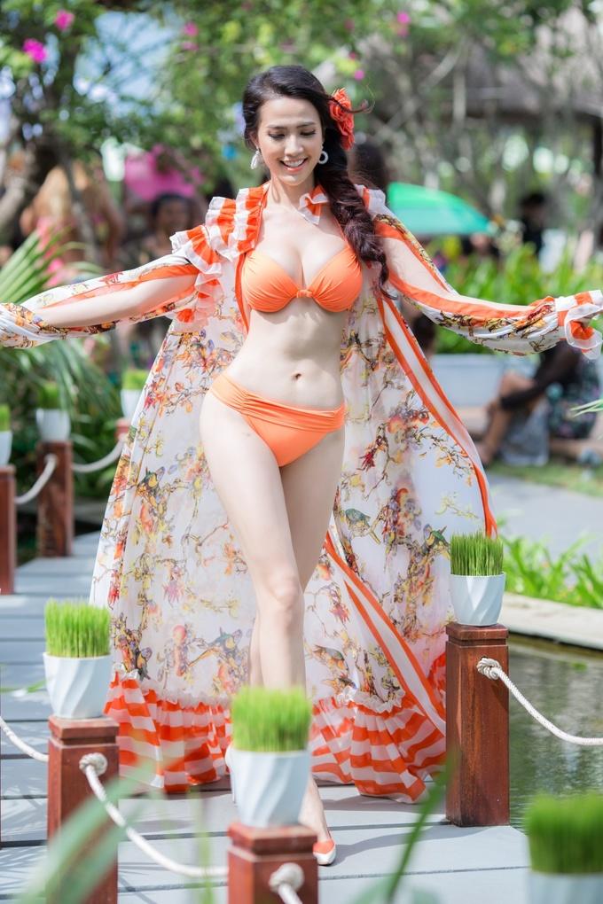 <p> Với sự tự tin khi trình diễn trên sân nhà nên Phan Thị Mơ càng tỏa sáng. Cô được xướng tên vào top 20 thí sinh ấn tượng. Trước đó, cô chiến thắng thí sinh được bình chọn nhiều nhất trong đêm dạ tiệc gặp mặt thí sinh; Thí sinh có trang phục binini tự thiết kế đẹp nhất...</p>