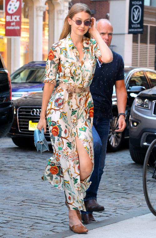 Chiếc shirtdress dáng maxi họa tiết hoa tuyệt đẹpđến từ hãngAlberta Ferretti được Gigi diện đã trở thành item được các tín đồ thời trang săn lùng hè 2018.