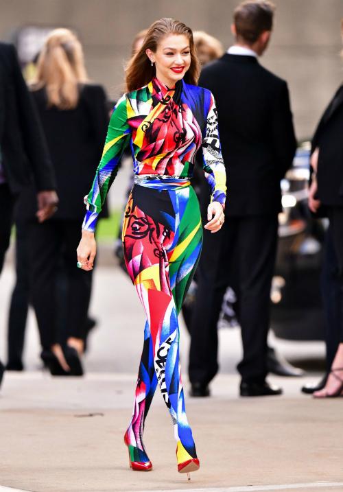 Cô nàng người mẫu 9x ghi điểm tuyệt đối với diện mạo mạnh mẽ trong bộ bodysuit rực rỡ củaVersace tại lễ trao giải thời trang CFDA hồi tháng 6.