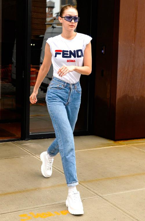 Style off-duty điển hình của sao Hollywood: áo thun Fendi x Fila, quần jeans vintage của Levis, giày Naked Woft và kính mát Westward Leaning.
