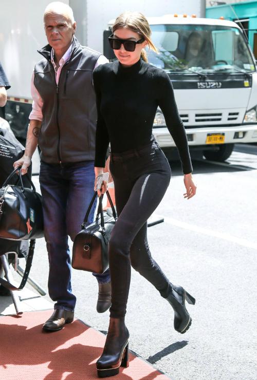 Gigi khoe body chuẩn không cần chỉnhvới cây đen từ đầu đến chân: skinny jeansJ Brand, boot Versace boots và kính mátVera Wang tông xuyệt tông.