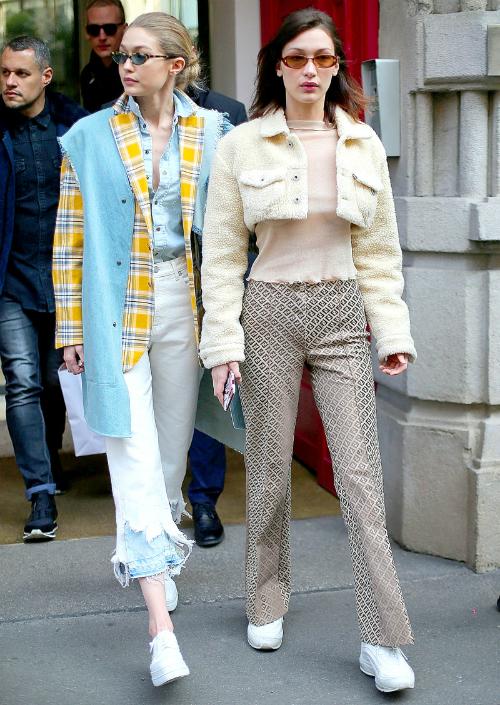 Học cáchmix đồ layering sành điệu như Gigi Hadid: quần jeans trắng kết hợp áo khoác RASK, sơ mi chambray và kính mắt tí hon trendy.