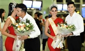 Nam vương Ngọc Tình được Miss Global 2017 hôn má ở sân bay