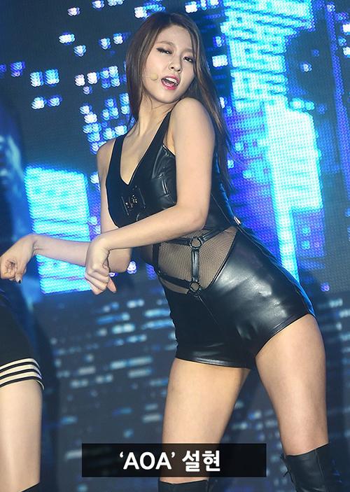 Concept mèo hư với đồ diễn bằng da bó sát dù giúp Seol Hyun tôn được số đo ba vòng nhưng cũng khiến cô có phần kém sang.