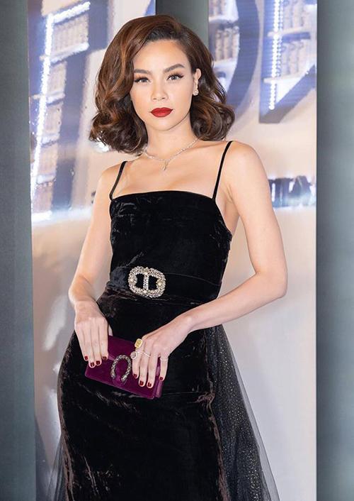 Vóc dáng gầy guộc của Hà Hồ cũng không phù hợp với vòng một lớn, khiến tỷ lệ thân hình của cô hơi mất cân đối.