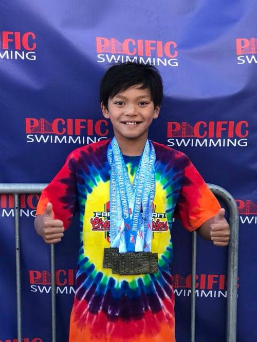 Clark Kent Apuada, vận động viên bơi 10 tuổi đã đánh bại kỷ lục của huyền thoại bơi người Mỹ.