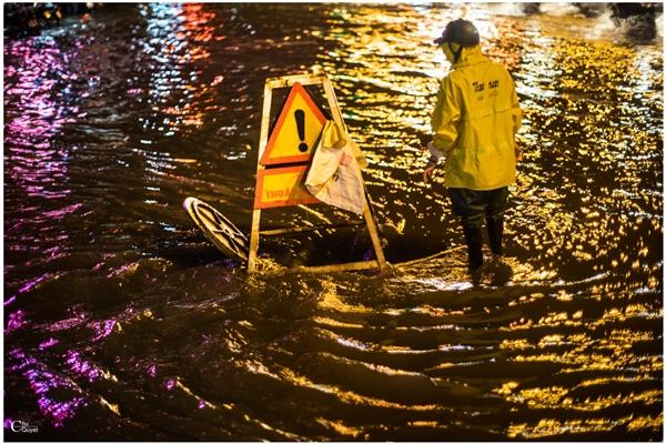 Bức ảnh người canh tử thần giữa mưa ngập Hà Nội gây chú ý
