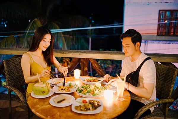 Diễm My 9x và Quang Vinh được khen đẹp đôi khi thưởng thức bữa tối lãng mạn dưới ánh đèn.