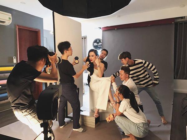 Angela Phương Trinh được ê kíp chăm sóc như bà hoàng để có bức hình đẹp.