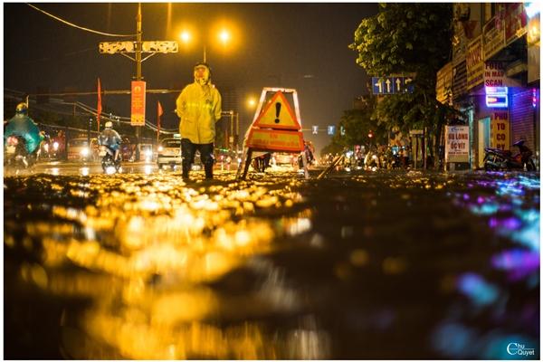 Hình ảnh gây xúc động trong trận mưa lớn ở Hà Nộ.
