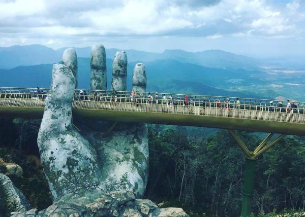 Cây cầu được nhiều trang tin nước ngoài mô tả làcó vẻ đẹp nghẹt thở.