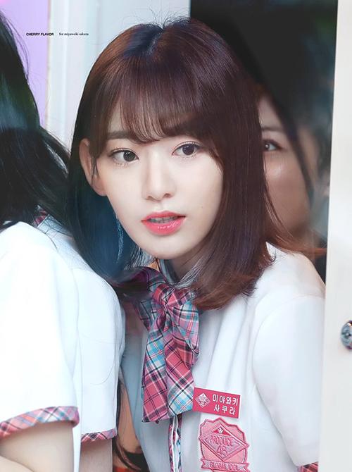 Tài năng của Sakura luôn là vấn đề gây tranh cãi lớn. Không ít lần nữ ca sĩ bị giáo viên mắng vì thiếu kỹ năng, không thể hát tốt, nhảy cũng không xuất sắc. Khi đứng cạnh Ga Eun, cô nàng dễ dàng lộ điểm yếu.