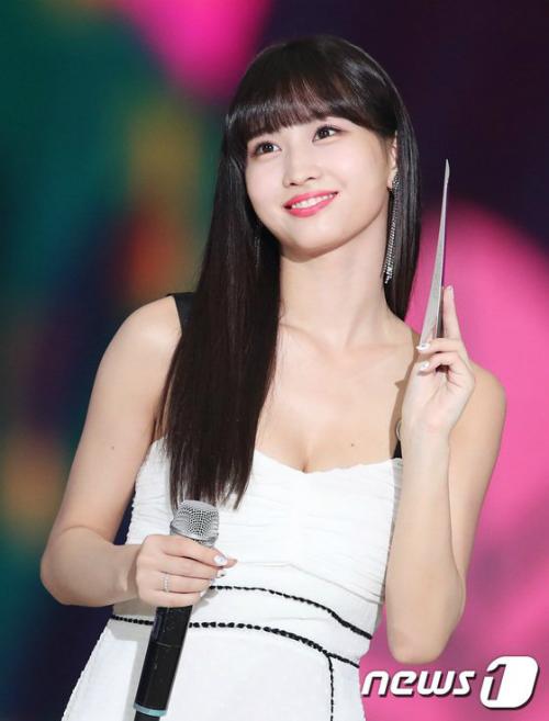 Momo sở hữu khuôn học học sinh, thân hình phụ huynh. Thành viên Twicekhoe nước da trắng ngần, mái tóc đen dài. Thành viên người Nhật được ví như công chúa bước ra từ truyện tranh.
